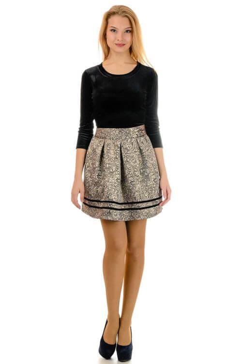 фото: строгое платье на девушку, приталенное с объемной юбкой